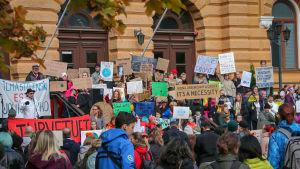 Barn med plakat med slogans för klimatet