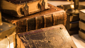 gamla tjocka kyrkliga böcker som är staplade på varandra