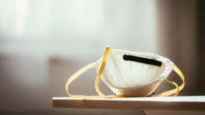 ett munskydd med gula band