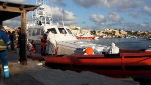 Italiens sjöbevakning anländer med migranter som varit med om en olycka i Medelhavet.