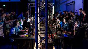 Paranoia eSports (vasemmalla) ja manUplay (oikealla) Lantrek-tapahtumassa