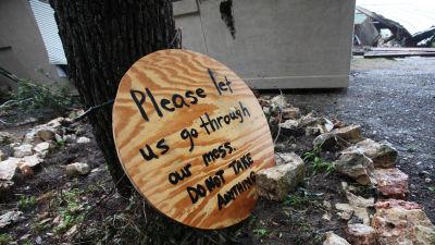 En skylt i efterdyningarna efter stormarna som skakat norra Mexiko, Texas och Oklahoma