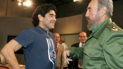 fotbollsstjärnan Diego Maradona ler mot Kubas tidigare ledare Fidel Castro