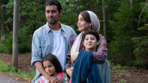 En iransk familj kramas.