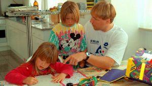 Mikael Källman med barnen Jennifer och Emilie i Tyskland hösten 1995.