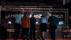 yleisö seuraamassa pelejä assemblyillä