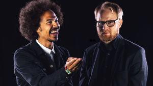 Sean Ricks ja Pekka Vanhanen mustalla taustalla otetussa kuvassa.