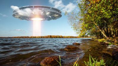 UFO som svävar ovanför en sjö.