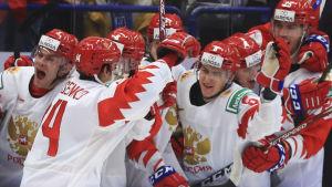 Grigori Denisenko firar ett mål med lagkamrater.
