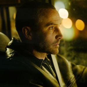 Jere sitter vid ratten och kör genom natten.