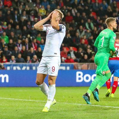 Harry Kane är besviken efter en missad chans mot Tjeckien.