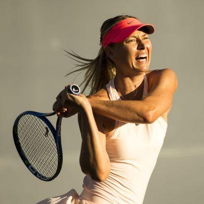 Maria Sjarapova spelar tennis.