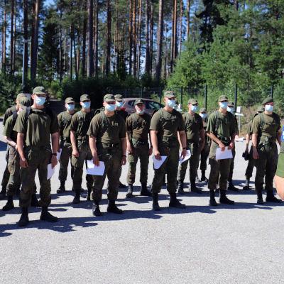 Kainuun prikaatin varushenkilöitä kesähelteessä ulkona heinäkuun puolivälissä 2021. Varushenkilöillä on kasvomaskit yllään koronavarotoimien vuoksi.