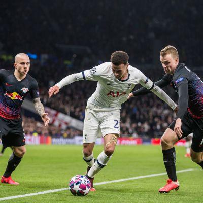 Leipzig försvarar mot Tottenham
