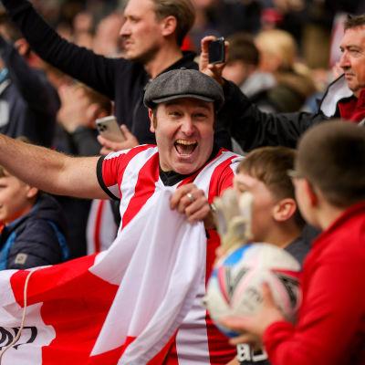 Brentford-fans jublar efter segern över Bournemouth.
