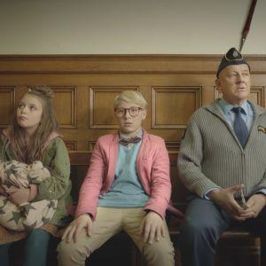 Maja (Ester Vuori), Lasse (Frank Dorsin) och polisen (Tomas Norström) sitter på en bänk och ser fundersamma ut.
