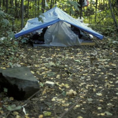 Muovista rakennettu teltta puistossa Helsingissä (1989)