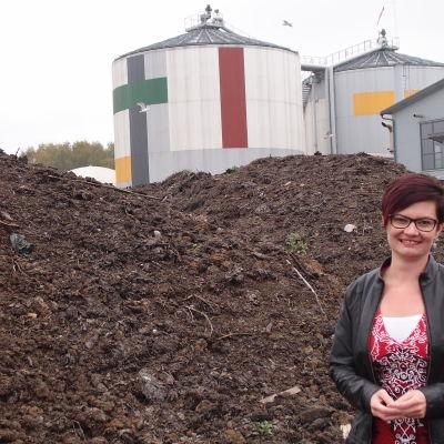 Slammet från reningsverket blandas med torv och sand och används bland annat för grönarbeten. Teija Paavola är utvecklingschef vid företaget Biovakka.