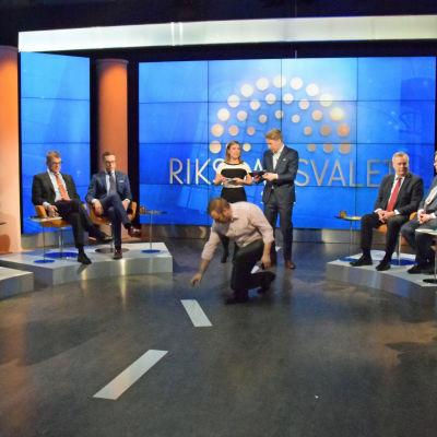 Regissören Mattias Fagerholm stakar ut Finlands linje på studiogolvet strax innan debatten ska starta.
