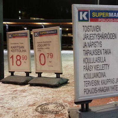 Koululaisten sisäänpääsyn kieltävä kyltti K-supermarketin edessä