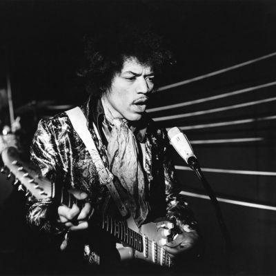 Jimi Hendrix Suomen-vierailunsa yhteydessä 22.5.1967 Ylen tv-ohjelman nauhoituksissa. Ohjelma ei ole säilynyt jälkipolville.
