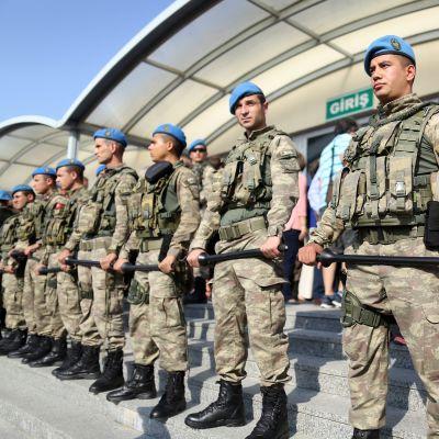 Turvallisuusjoukkoja vartioimassa oikeustaloa oikeudenkäynnin aikana.