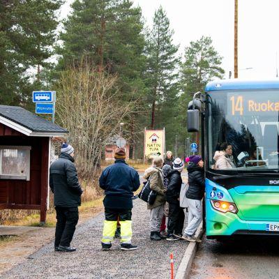 Muurolan kylän pitkällä suoralla on vielä suojakatos koulun kohdalla  olevalla bussipysäkillä