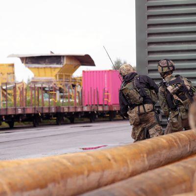 Kaksi sotilasta harjoittelee puolustamista.