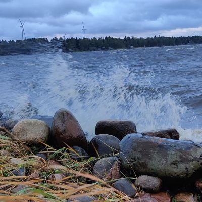 Aallot lyövät rantaan Kokkolassa 17.9.