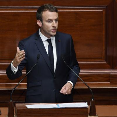 Emmanuel Macron talar på slottet Versailles