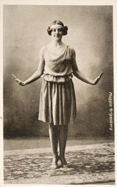 Postikortissa esiintymisasussaan poseeraa tanssitaiteilija Maggie Gripenberg, kortin oikeassa reunassa valmistusaika: 1910-luku. Museoviraston historian kuvakokoelma.