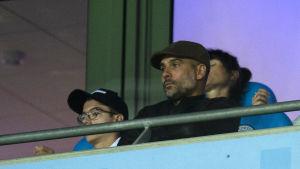 Pep Guardiola fick följa matchen från läktarplats.