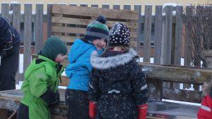Glada barn på talko vid Malmögårdens daghem.