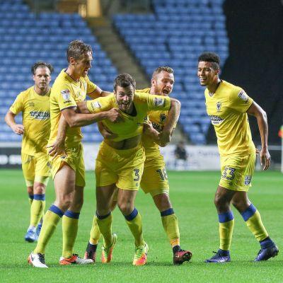 AFC Wimbledons firar ett mål mot Coventry.