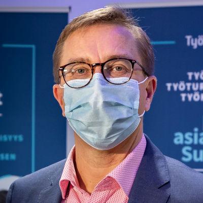 Antti Koivula poserar med munskydd.