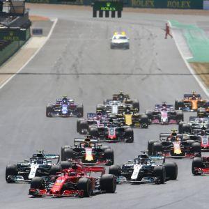 Formel 1-bilar kör på Silverstone