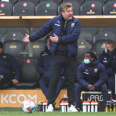 Oxfords tränare Karl Robinson gestikulerar.