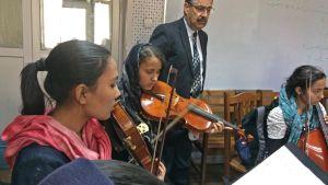Dr Ahmad Sarmast är ofta bland eleverna och följer undervisningen. Här bland en kvinnlig ensemble.