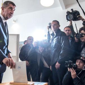 Pressuppbådet var stort när Babis röstade på fredagen.