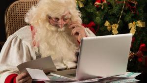 Julgubben och en dator.