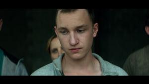Närbild på Wojtek (Stanislaw Cywka) som står och tittar ner i marken.