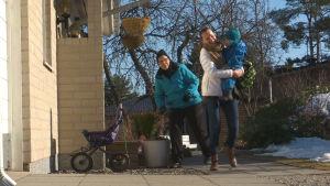 Belinda hämtar hem sonen, bär honom i famnen.