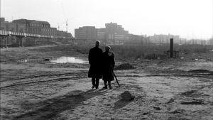 I Wim Wenders' Himmel över Berlin vandrar rollkaraktärerna kring Potsdamer Platz mot slutet av 1980-talet, före murens fall.