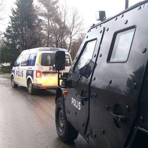 Poliisiautoja Porin Pihlavassa.