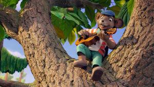 Klas Klättermus sitter uppe i ett träd och spelar gitarr.