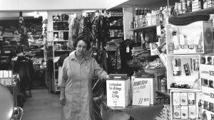Butiksinnehavaren Sirkka Sistola var känd över hela Valkom. Bilden är från 1977.