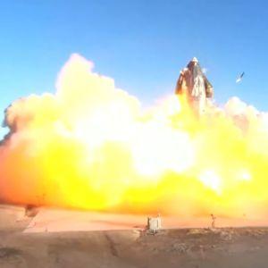 Starship-prototypen SN8 exploderade i ett eldhav i samband med landningen på den SpaceX-ägda uppskjutningsplatsen i Boca Chica, Texas.