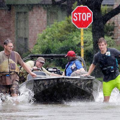 Minst tio människor har omkommit i Texas i orkanen Harveys spår