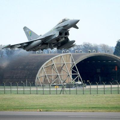 Brittiskt Typhoon-stridsflygplan på väg för att delta i operationen mot Muammar Gaddafis styrkor 2012.