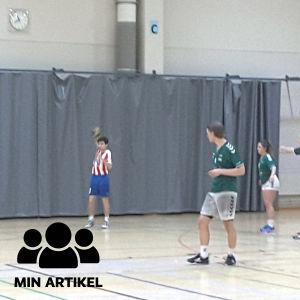 En BK-spelare kastar bollen till en lagkamrat medan EIF-spelarna försvarar.